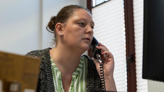 Eine Mitarbeiterin am Telefon