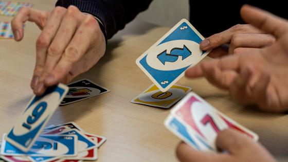 Wohngemeinschaft spielt Karten