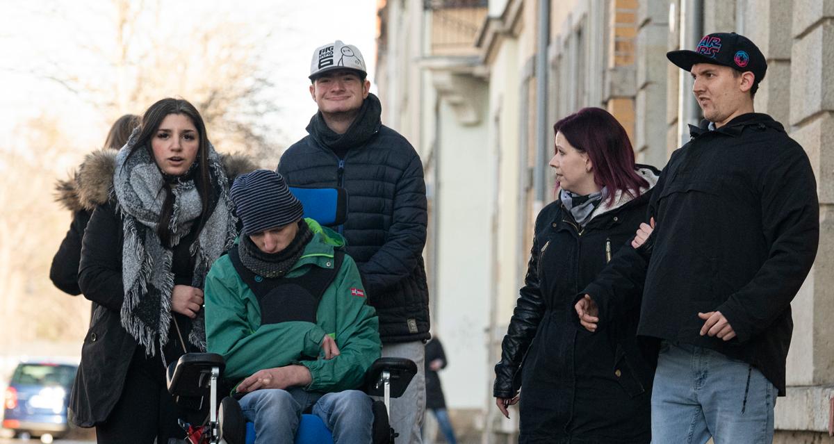 Wohngemeinschaft mit Betreuern beim Spaziergang
